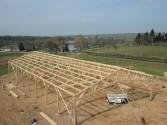 montage d'un batiment agricole en bois avec une charpente triangulee