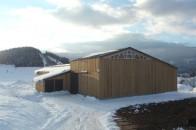 Hangar agricole bois montagne neige