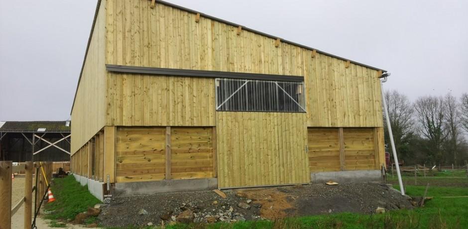 batiment en bois pour boxes chevaux avec mur en bois