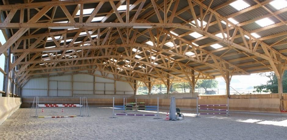 carriere couverte en bois pour ecurie de proprietaire
