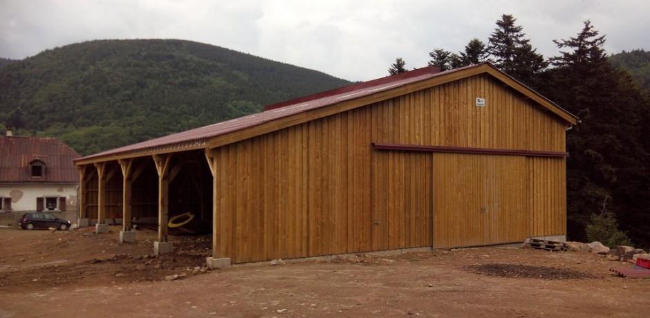 hangar de stockage barde bois en zone de montagne