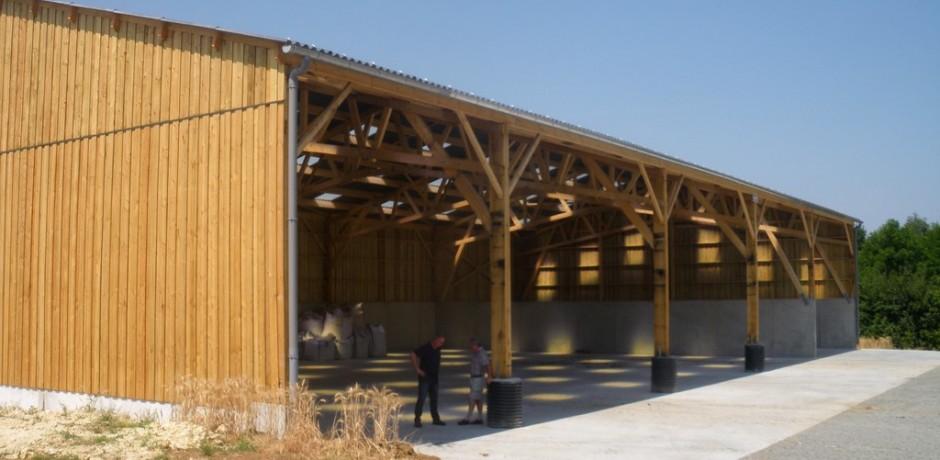 grand hangar en bois pour stockage de materiels
