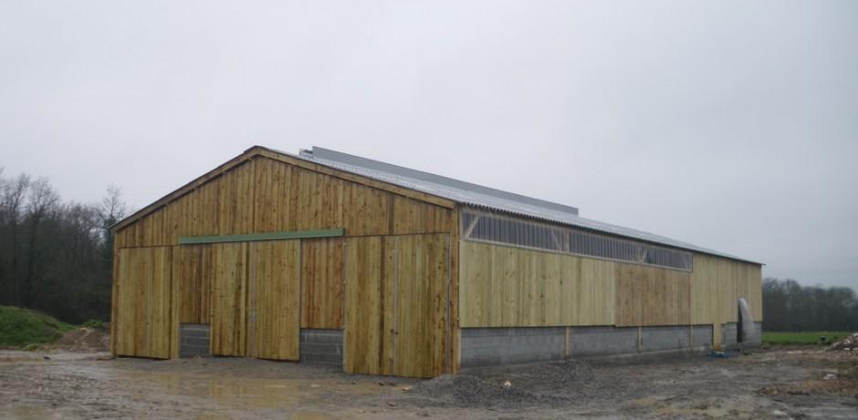 batiment agricole en bois avec du bardage bois et portes en bois
