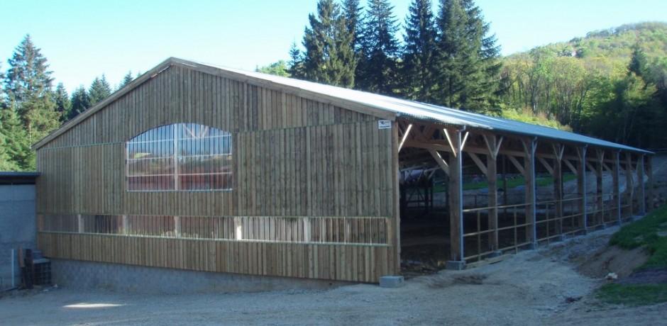 batiment en bois pour chevaux avec du bardage bois