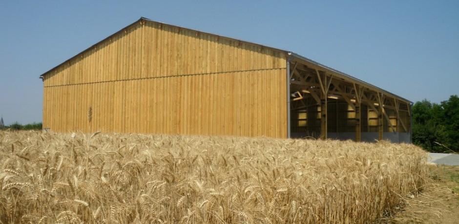 hangar agricole en bois de stockage de materiels