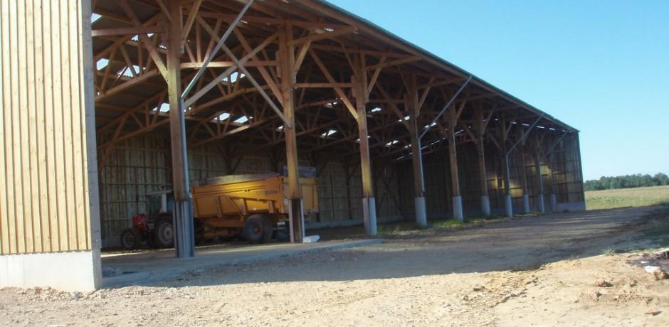 beau hangar de stockage en bois pour materiels