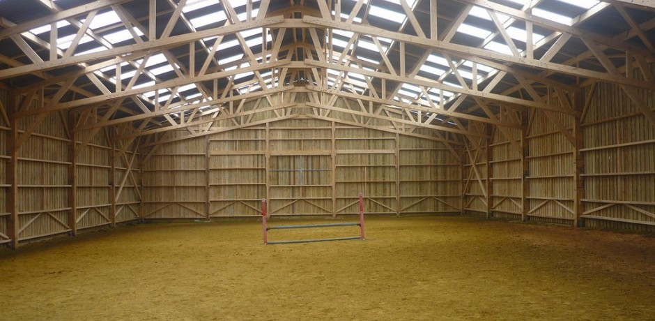 Maneges et curies equestres roin for Batiment en bois en kit