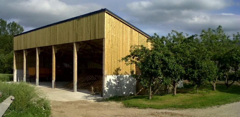 batiment de stockage en bois couvert en panneaux solaires